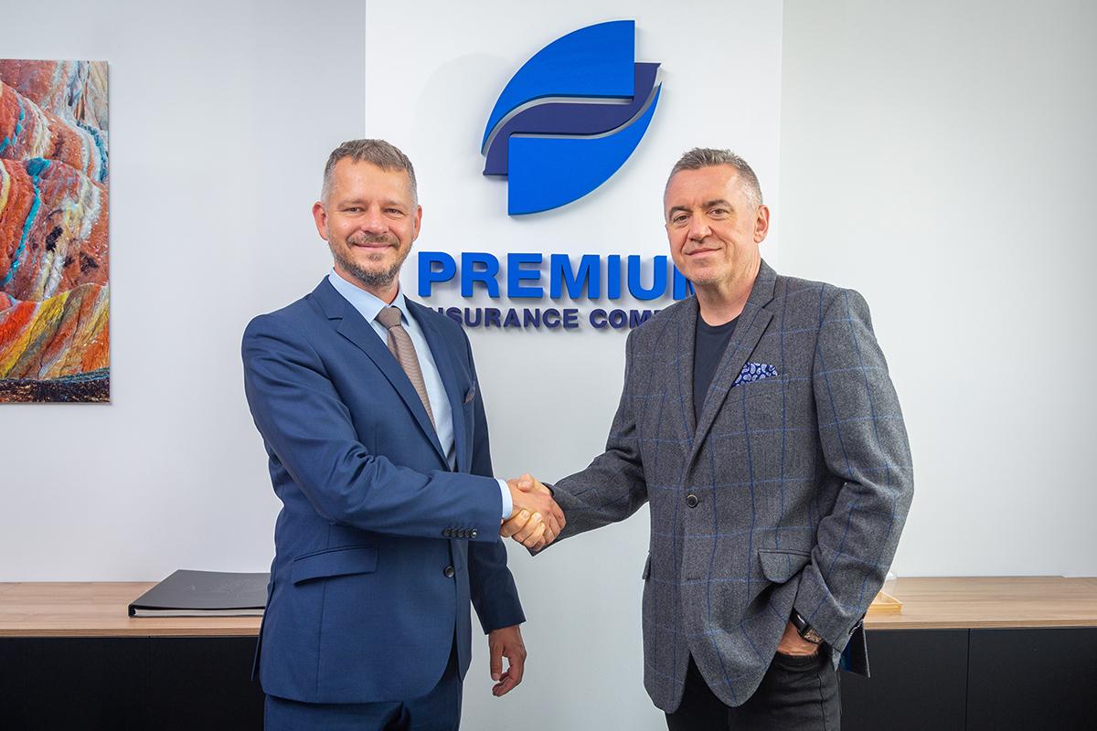 Predseda predstavenstva poisťovne PREMIUM Mojmír Vedej a CEO spoločnosti Positive Filip Schochmann pri uzatváraní novej spolupráce