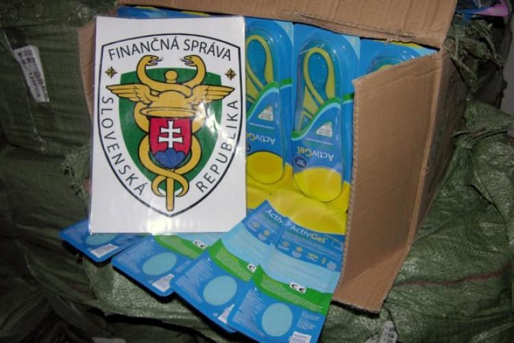 1c73350ea7 Foto  Colníci kontrolovali zásielku z Číny