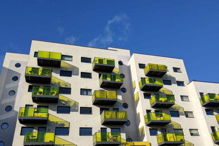 c4b52c779c3f9 Hoci rastú aj mzdy, dostupnosť bývania sa však na Slovensku zhoršila.  Národná banka Slovenska (NBS) pritom už označuje vývoj cien bytov za  rizikový.