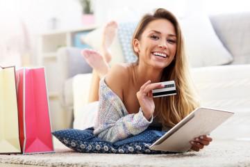 Žena nakupujúca cez internet.