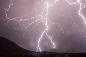 Letné búrky spôsobujú škody, nebezpečné sú blesky, vietor aj voda