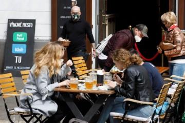 Reštaurácie i kaviarne prišli počas pandémie o 70 percent zamestnancov, neprilákalo ich ani zvýšenie platu