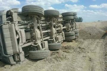 Na stavenisku diaľnice D4 a rýchlostnej cesty R7 sa prevrátil kamión, vodič utrpel viaceré zranenia (foto)