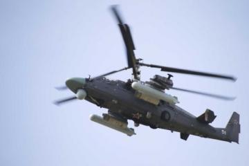 Video: Ruský vrtuľník počas cvičenia vystrelil na divákov, zničil autá