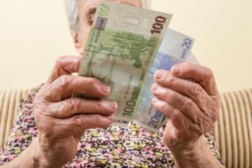 Priemerná starobná penzia medziročne stúpla o 26 eur, zvýšil sa aj počet jej poberateľov