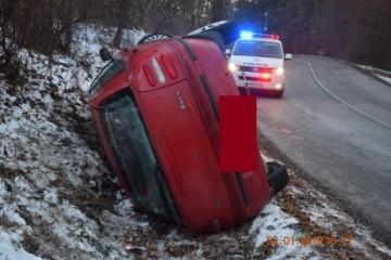 Foto: Vodič Fiatu sa prevrátil do priekopy a po nehode zmizol, hľadať ho musel aj služobný pes