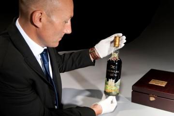 Fľaša whiskey ručne maľovaná od Michaela Dillona vydražená za milión eur.