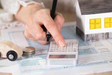 Vláda schválila poistnú daň a aj reguláciu provízií agentov
