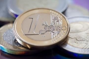 Spoločná európska mena oslabila, dolár si oproti jenu polepšil
