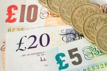 Libra oproti doláru zásadne klesla, môže za to informácia o tržbách v maloobchode