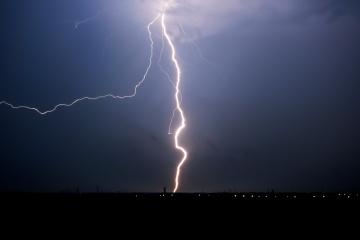 Búrky páchajú veľké škody, ničia najmä strechy a autá