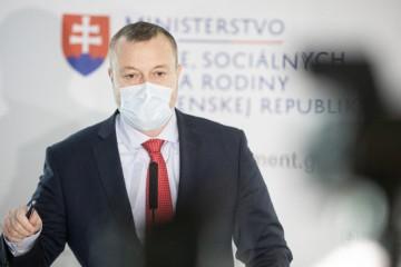 Ministerstvo práce už rozdalo na pomoc vyše 100 miliónov eur, Krajniak diskutuje o kurzarbeite