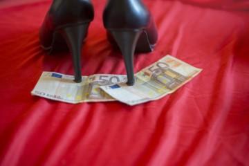 Muži si cez internet dohodli sexuálne služby, ale dočkali sa krádeže a aj vyhrážok