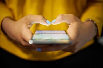 Mladí ľudia a smartfóny