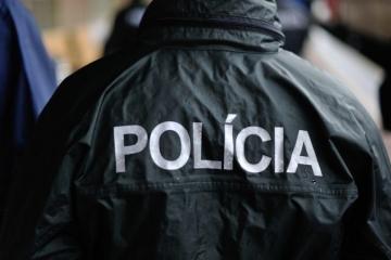 Polícia zadržala muža, ktorý na zhromaždenie pred Národnou radou prišiel so zbraňou