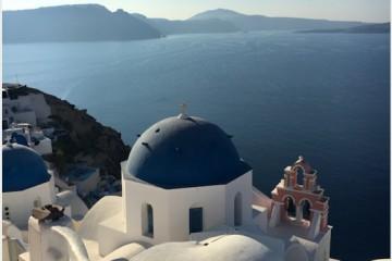 Biele domy s modrými strechami a skvelý oddych. To je ostrov Santorini