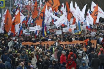 V centre Moskvy sa zišli tisíce ľudí, pochodovali na pamiatku zavraždeného Nemcova (video)