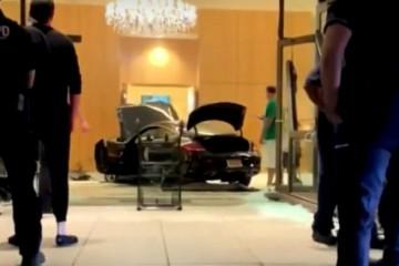 Video: Do luxusnej rezidencie Trump Plaza nabúralo auto, vodič zabrzdil až vo vnútri budovy