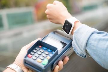 Na Slovensko prichádzajú služby Garmin pay a Fitbit pay
