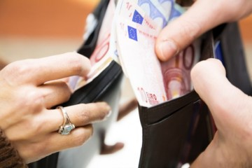 Mesačný plat nad tisíc eur v hrubom