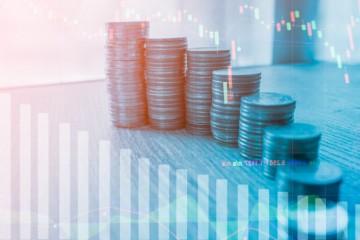 Finančné trhy síce klesajú, no odborníci neodporúčajú unáhlený výber úspor a investícií