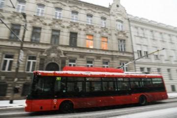 Sneženie v Bratislave skomplikovalo dopravu, problémy mala aj MHD (video)