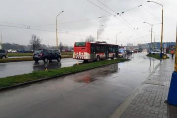 Foto: Autobus MHD zrazil na priechode dve ženy, nákladiak zase chodca na ceste