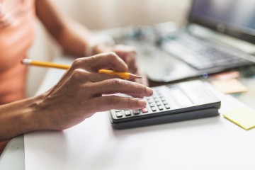 Daň z poistenia štát presadil, podnikatelia hovoria o záťaži