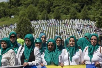 Bosnianski moslimovia si pripomenuli 24. výročie masakry v Srebrenici a pochovali ďalšie obete