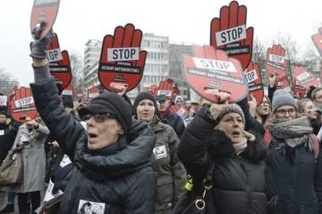 Video: Tisíce Poliakov protestovali proti sprísneniu zákona o interrupciách