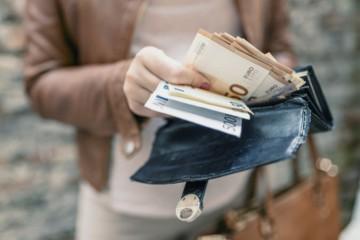 Platy Slovákov medziročne stúpli, ale iba v jednom odvetví sa zarába nad dve tisícky