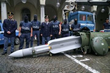 Polícia v Turíne objavila tajné zásoby automatických zbraní, raketovú strelu aj nacistické plakety