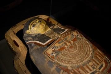 Archeológovia našli v Asuáne starovekú hrobku, pri múmiách objavili aj ozdobné masky a sošky