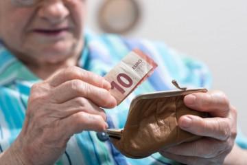 Vianočný príspevok dostalo takmer 1,3 milióna dôchodcov, nárok ich malo viac než roky predtým