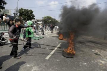 Video: Povolebné násilnosti v Jakarte si vyžiadali niekoľko mŕtvych, zrejme ich zasiahli strely