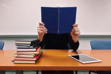 Stredoškoláci sú vo finančnej gramotnosti priemerní a majú mylné predstavy, ukázal prieskum