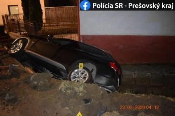 Policajti riešili kurióznu nehodu, opitý šofér si presadol na miesto spolujazdca (foto)