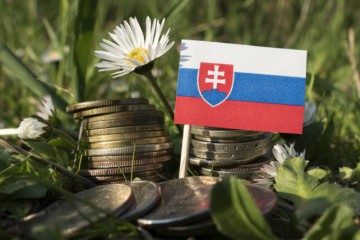 Slovenská ekonomika sa prehrieva, podľa stratéga jej nesedí politika európskej banky