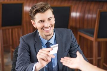 Cudzinci a ľudia s príjmami zo zahraničia budú bankám hlásiť daňové identifikačné údaje