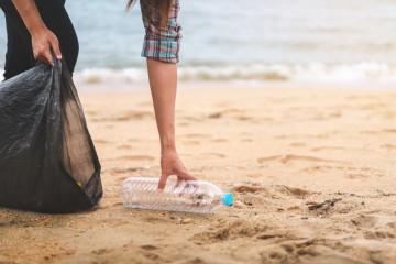 Zber plastov na pobreží Stredozemného mora.