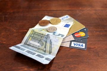 Bezhotovostný styk napreduje, mince a bankovky sú však stále populárne
