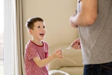 Štyria z desiatich rodičov sa podľa prieskumu cítia zle, lebo nie sú schopní kúpiť deťom viac vecí