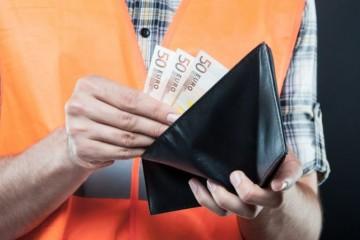Zamestnanci v šiestich odvetviach mali priemernú hrubú mzdu nad tisíc eur