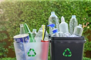 Plastové fľaše sa dajú naplniť znova.