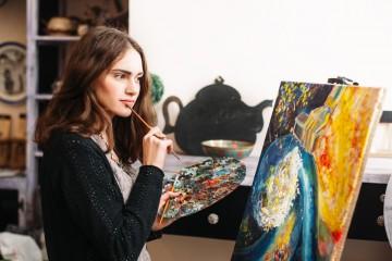 Mladí umelci sú čiernym koňom, laik si správne vyberie len ťažko