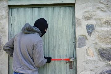 Chaty sú obľúbeným objektom zlodejov, poistenie je dôležité