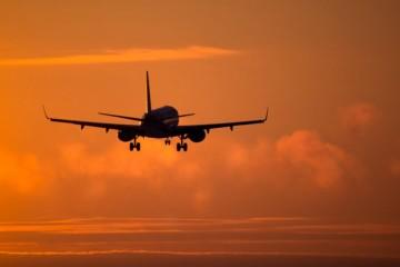Žena chcela počas letu otvoriť dvere lietadla, cestujúci ju spacifikovali