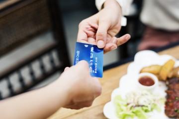 """V zahraničí je užitočná debetná karta aj """"kreditka"""", rozdiely medzi nimi sú zásadné"""