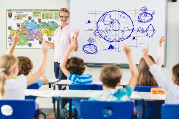 Štát platí v priemere lepšie ako súkromné firmy, priemer kazia platy učiteľov